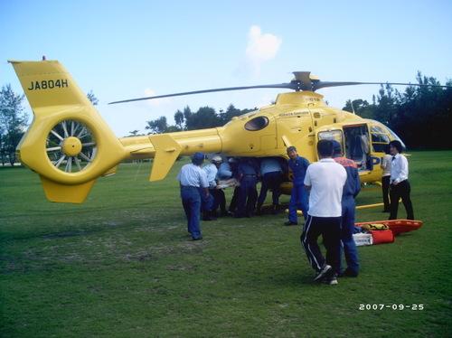防災訓練:ケガ人ヘリコプターに搬入